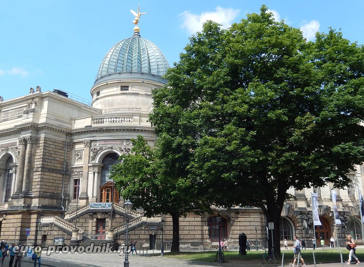 Один из фасадов академии искусств