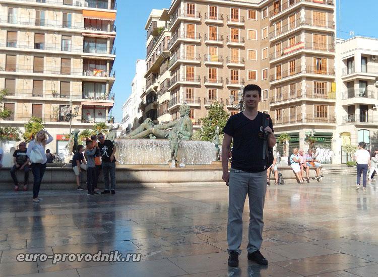 У фонтана на площади Св. Девы