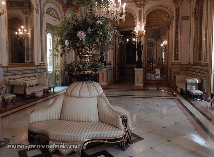 Во дворце - музее керамики