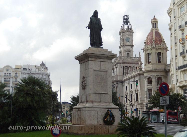 Памятник на центральной площади Валенсии