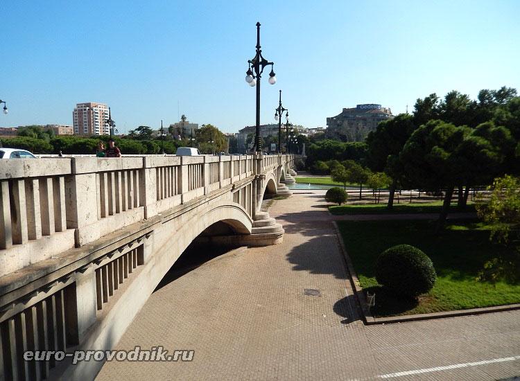 Спуск в сады у моста Арагон