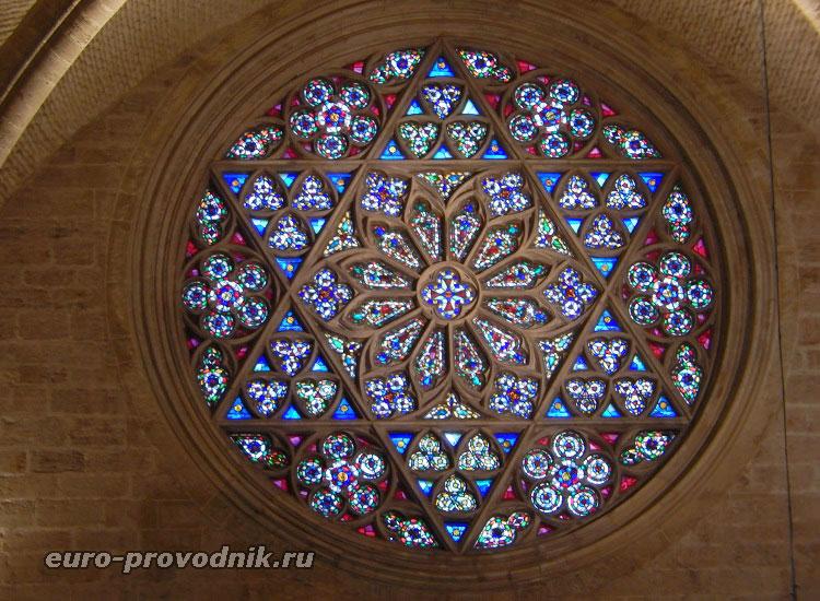 Окно-роза над готическим входом