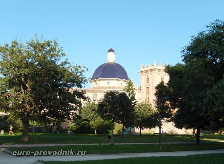 Вид из парка на музей искусств