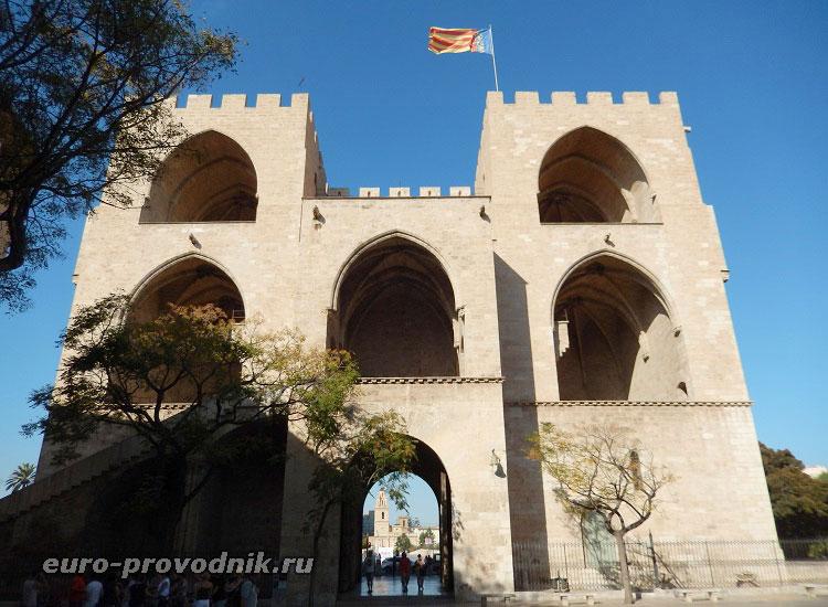 Архитектура башен Серранос со стороны центра