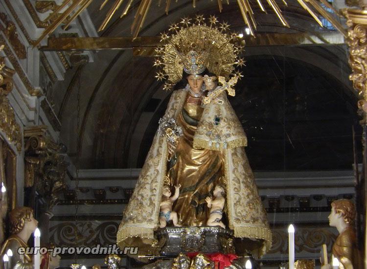 Готическая статуя Святой Девы
