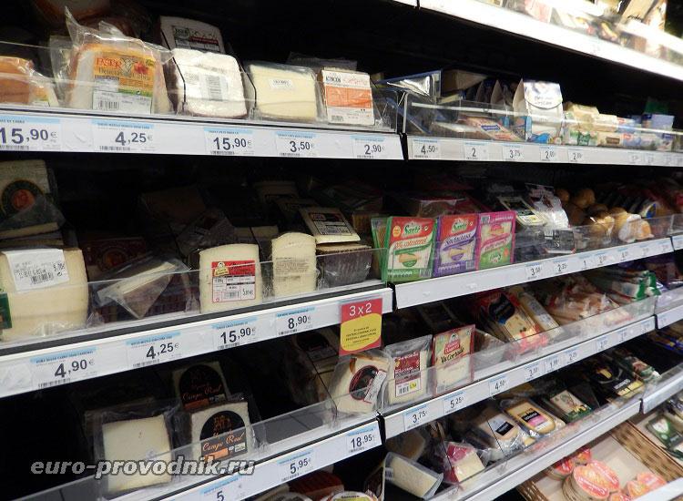 Сыры на прилавке супермаркета