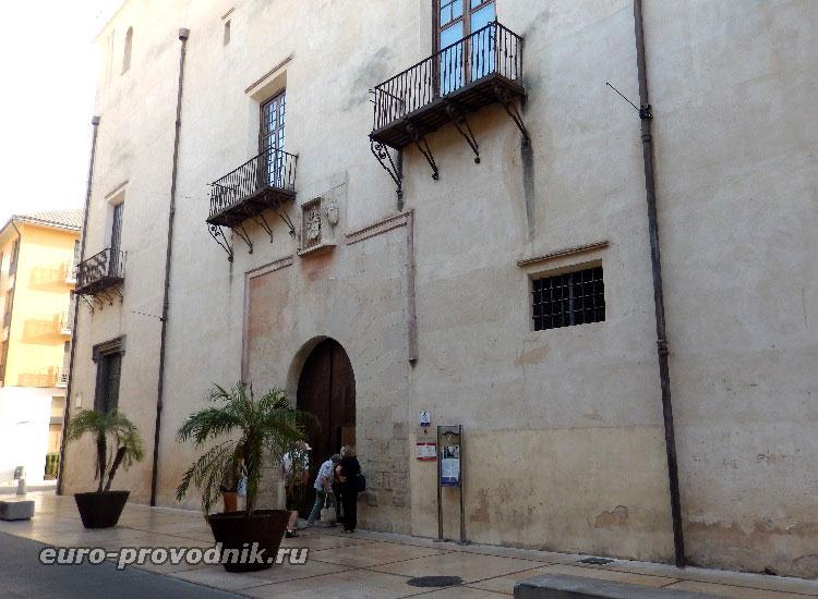 Вход во дворец Ducal