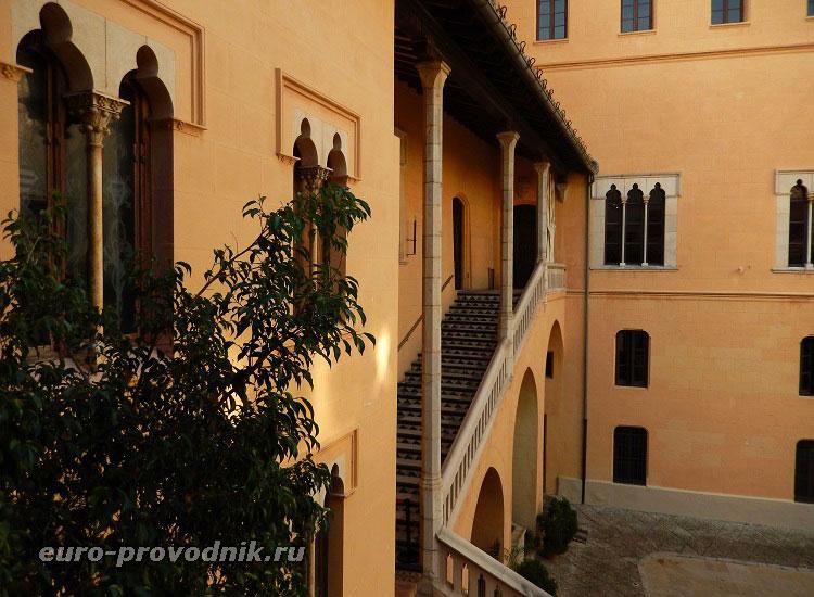 Парадная лестница дворца