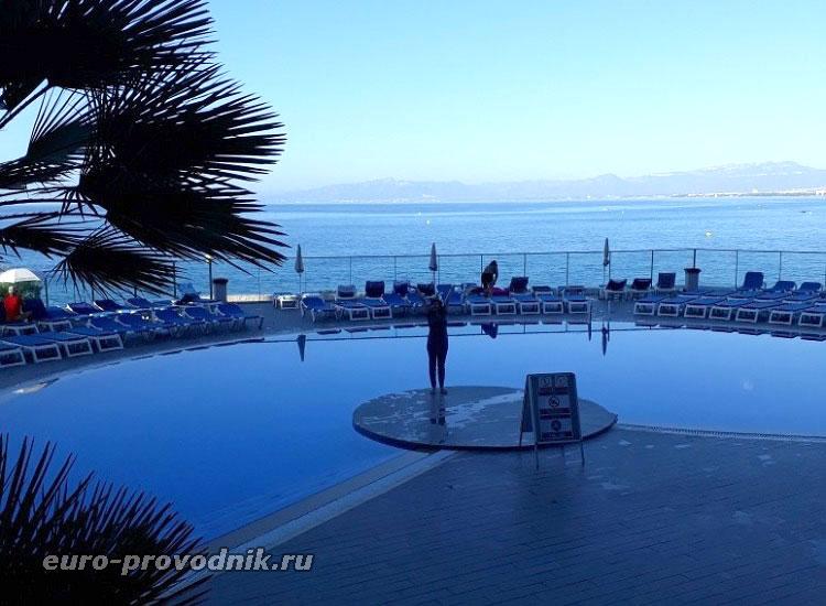 Вид из отеля на бассейн и море
