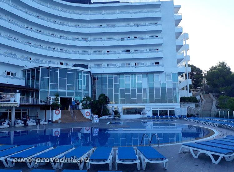 Вид отеля со стороны моря