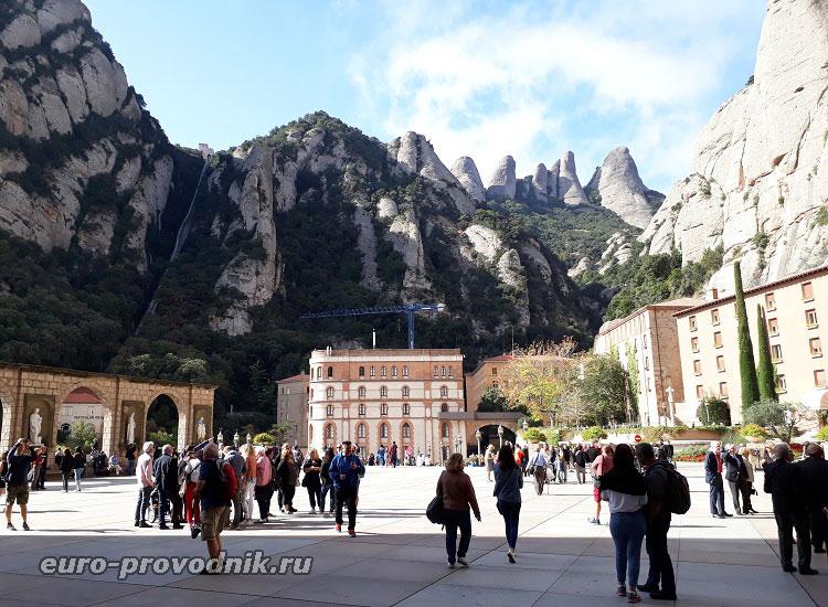 Главная площадь монастыря
