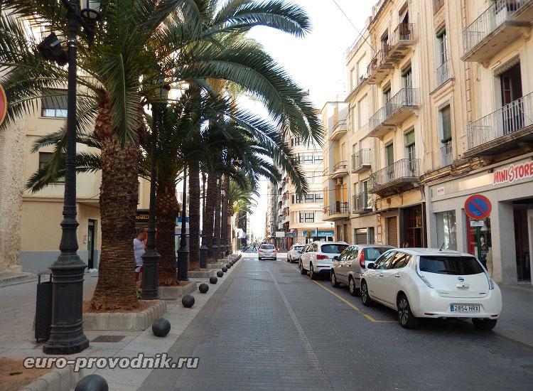 Центральная улица городка