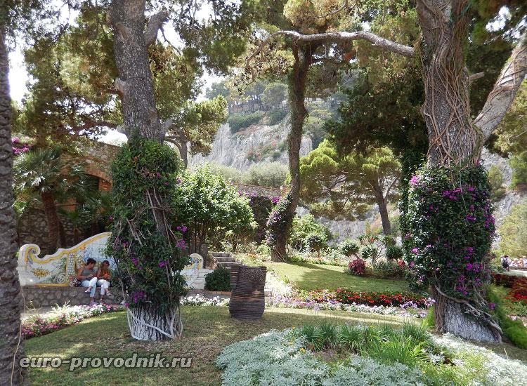 В садах Августа