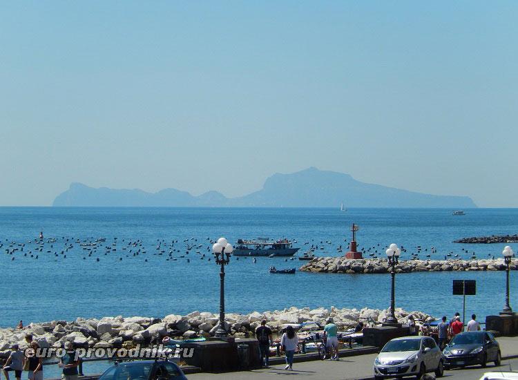 Вид на Капри с набережной Неаполя