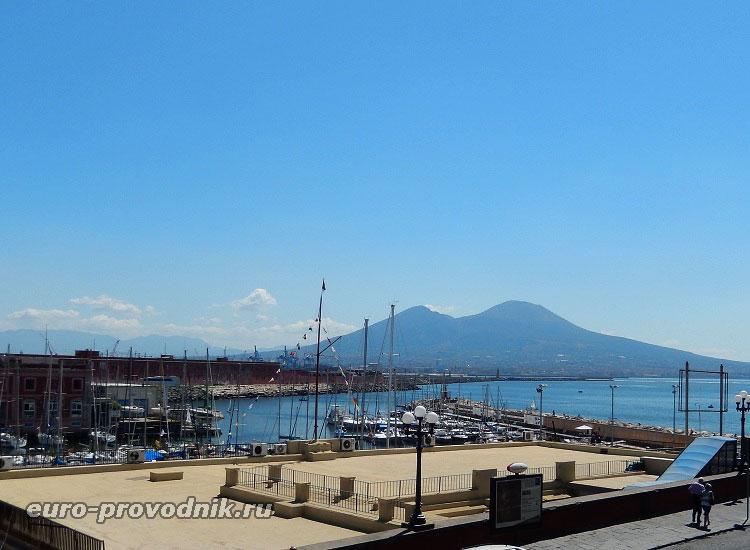 Порт Неаполя и Везувий