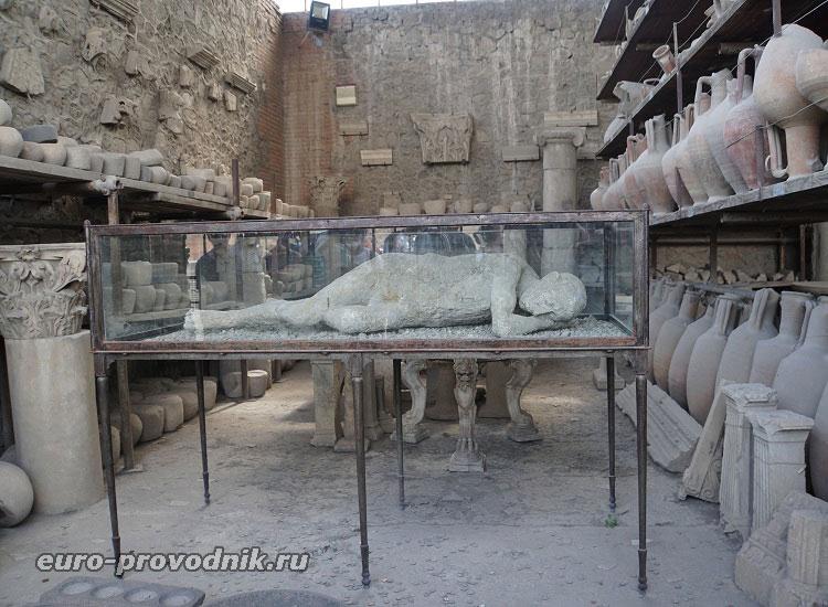 Отлитые скульптуры и другие находки