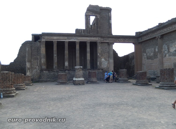 Руины базилики