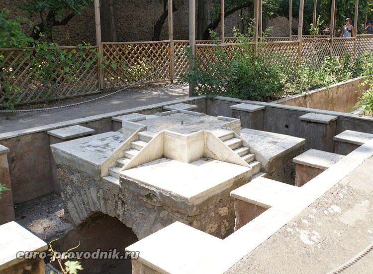 Античный фонтан