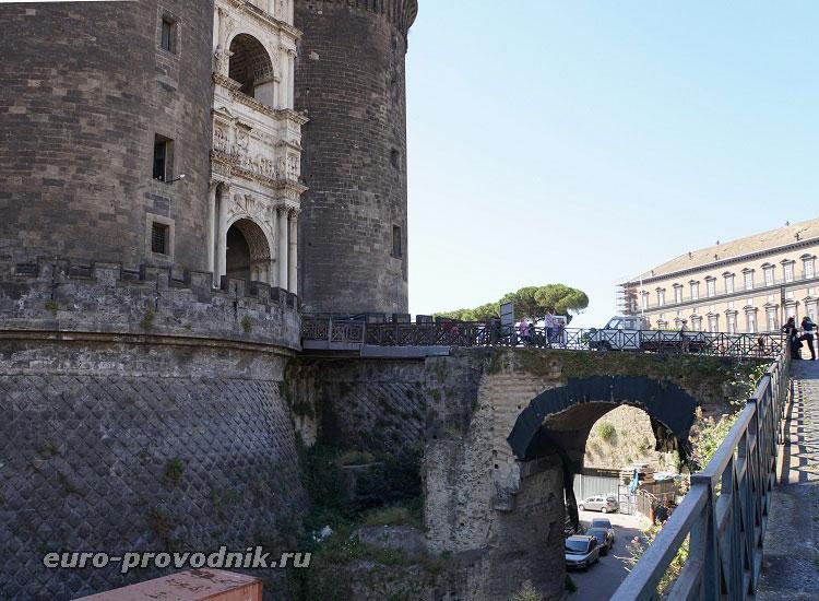 Мост к входной арке в замок