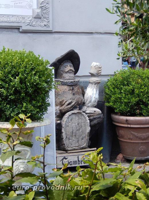 Гамбринус у фасада неаполитанского кафе