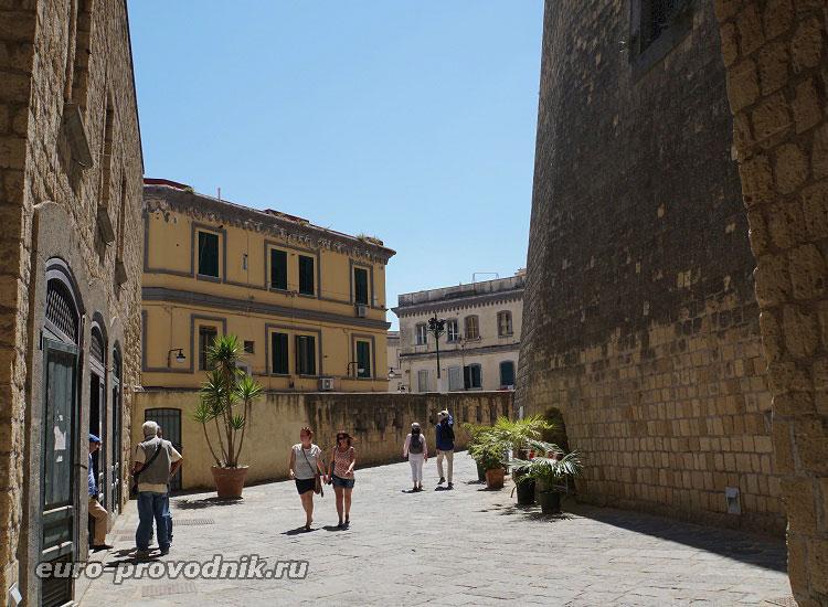 Улица ресторанов у стен крепости