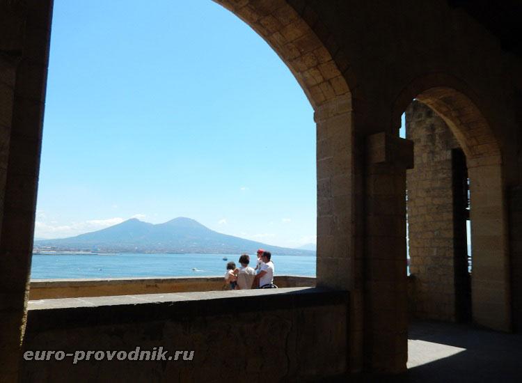Вид из крепости на Везувий