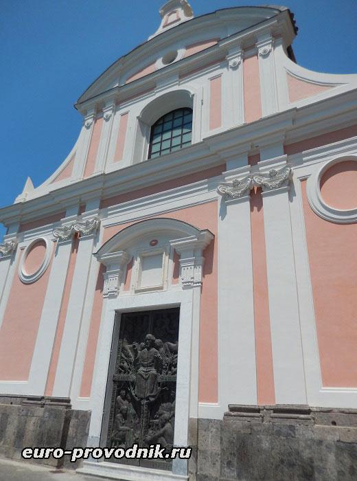 Фасад церкви на скале