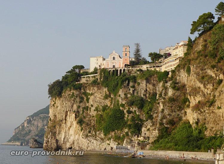 Отель и собор на скале