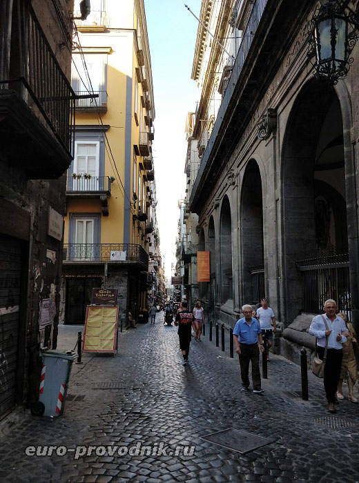 Узкая улица Трибунали