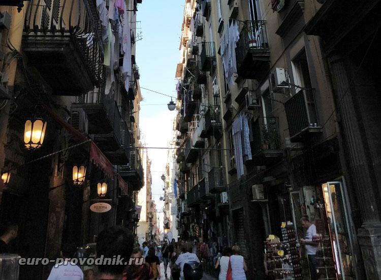 Виа деи Трибунали в Неаполе