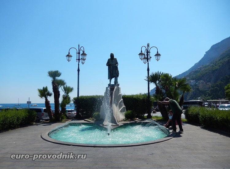Памятник изобретателю Флавио Джоя