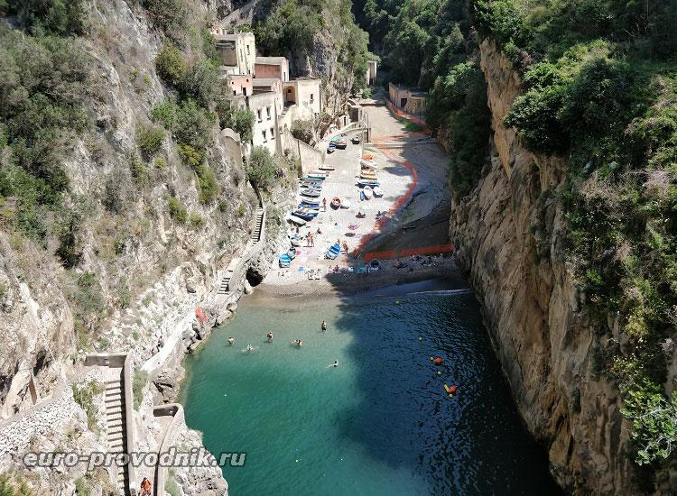 Вид на ущелье и пляж