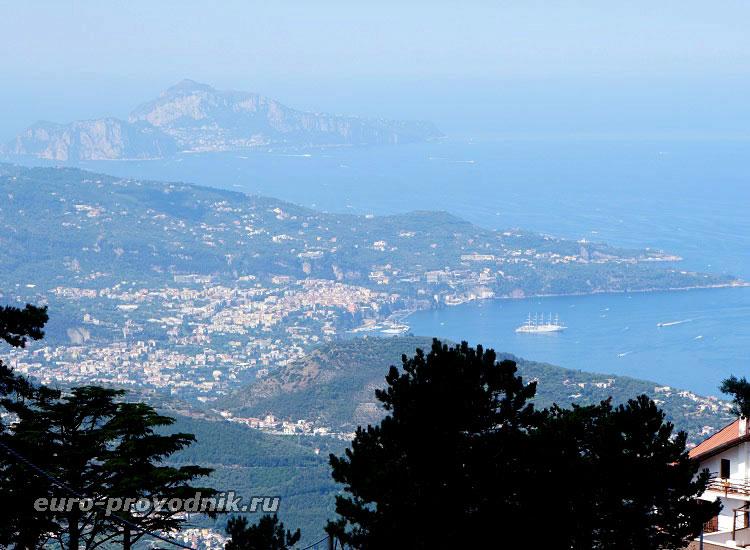 Вид на Соррентийский полуостров и остров Капри