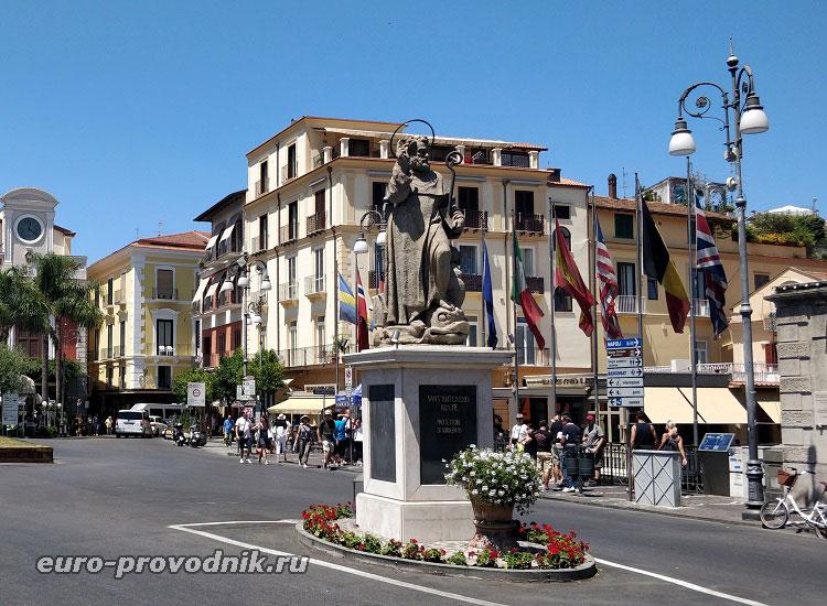 Пьяцца Тассо и памятник аббату Антонио