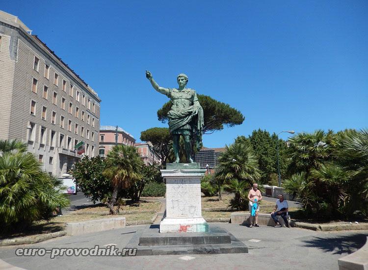 Памятник Цезарю у набережной Неаполя