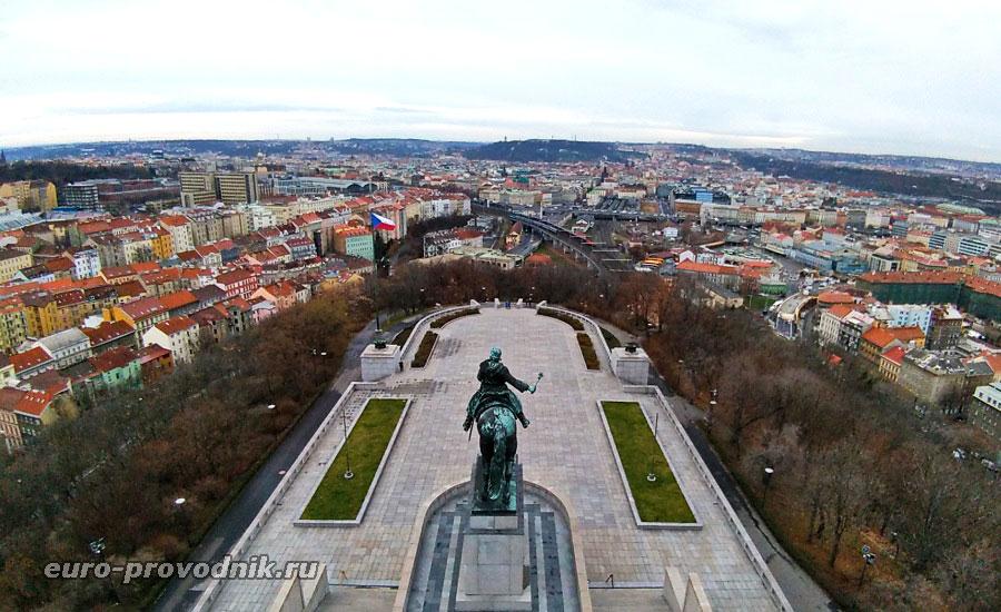 Вид на Прагу с площадки мемориала