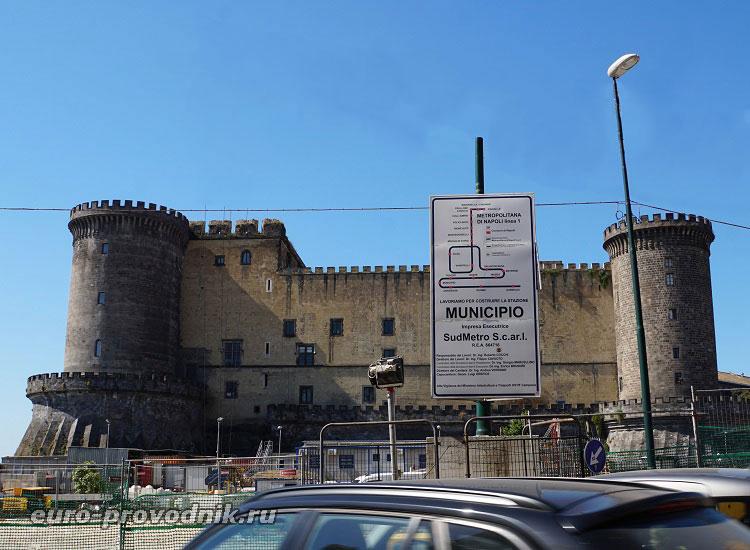 Вид на замок Нуово с площади Муниципалитета