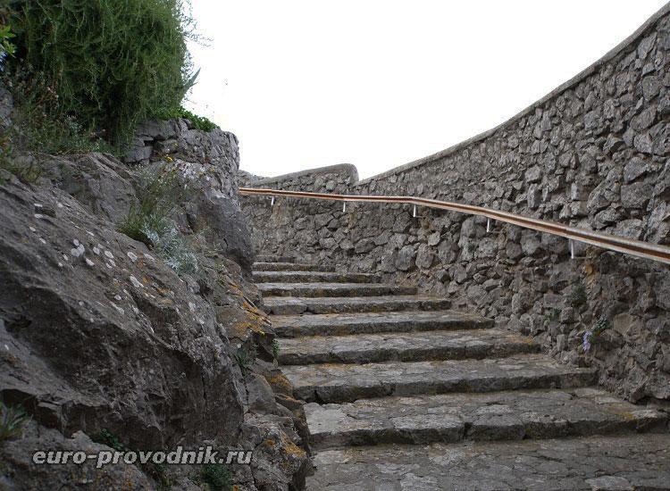 Лестница в природный зал