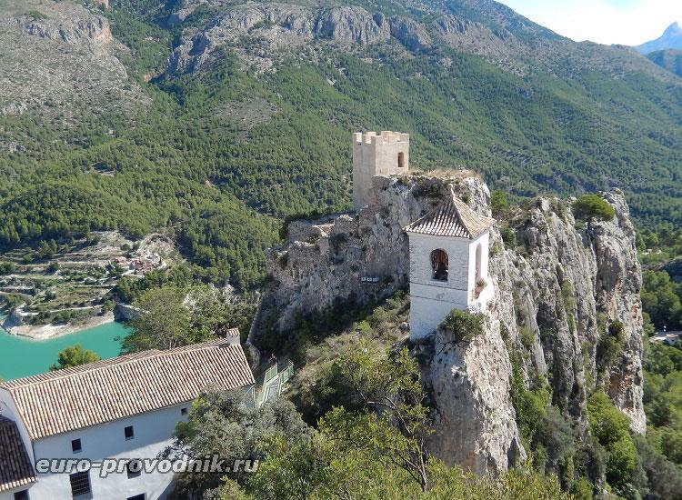 Вид на колокольню и дом Ордунья