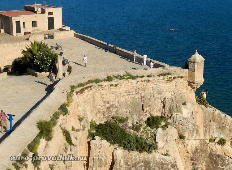 Пик горы и площадка крепости