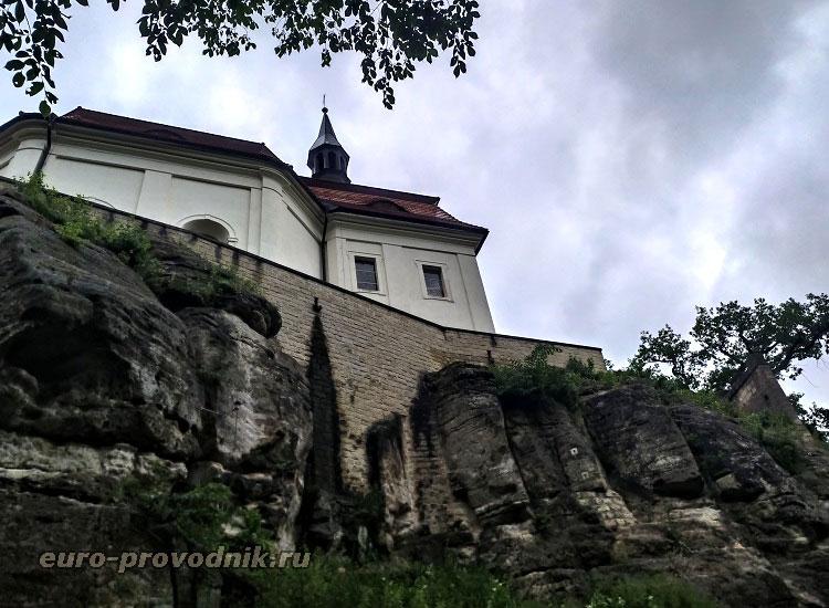 Скалы и замок