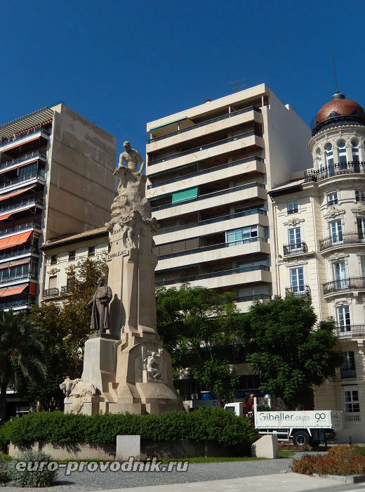 Монумент, завершающий Эспланаду