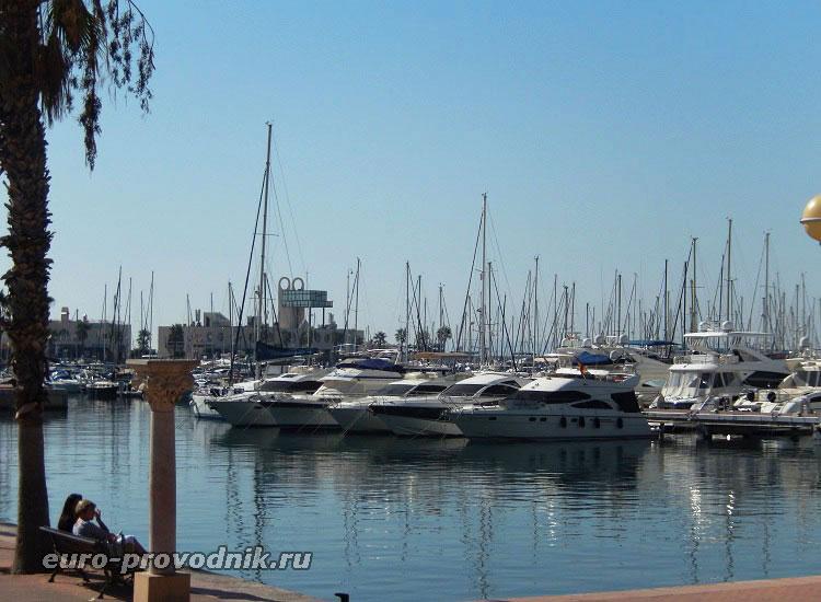 Яхты у набережной Аликанте