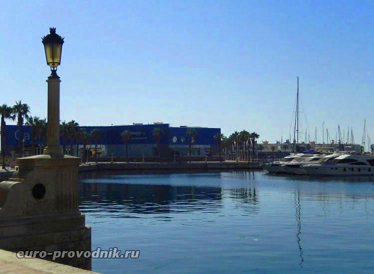 Портовая гавань у восточного мола